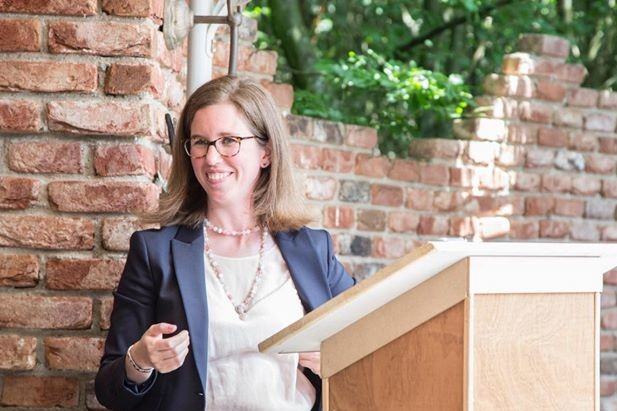 Elly Cox staat als BABS en beëdigd trouwambtenaar / ceremoniespreker klaar voor jullie huwelijk, geregistreerd partnerschap, relatieviering, geboorteviering.